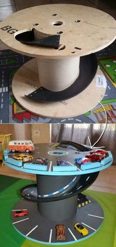 Bu şaşırtıcı oyuncak araba istasyonunu oluşturmak için eski bir kablo makarasını kullanın.
