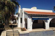 Se trata de la rehabilitación de un espacio privado destinado a vivienda unifamiliar, situada en un entorno insuperable, en la costa de Almería a tan solo diez metros de la orilla del mar