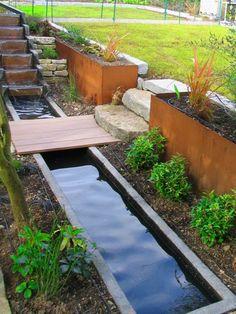 espace extérieur avec déco moderne et bassin d'eau