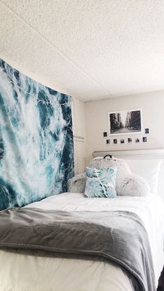 Swoon Worthy Dorm Wall Decor Accessories You Need Check out these unique dorm wall decor items for your space!Check out these unique dorm wall decor items for your space! Dorm Room Designs, Bedroom Designs, Dorm Walls, Cute Dorm Rooms, Diy Dorm Room, Dorm Room Bedding, Blue Rooms, College Dorm Rooms, College Dorm Bedding