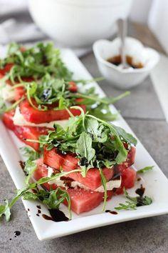 Gegrilde watermeloen met feta en gestapelde rucola salade