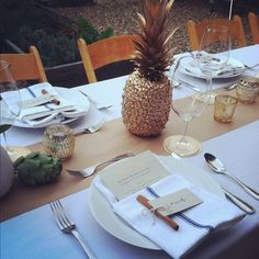 Love this originale table decoration Tropic-Chic pineapple