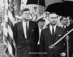 1963. 20 Juin. President John F. Kennedy and Governor William W. Barron at Centennial festivities with Senator Robert C. Byrd behind Barron. Photograph by Frank Wilkin, Charleston Gazette. Frank Wilkin Collection
