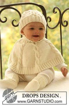 Baby Dove / DROPS Baby 17-5 - Das Set umfasst: Gestrickter Poncho und Mütze mit Zopfmuster sowie Socken für Babys und Kinder in DROPS Merino Extra Fine