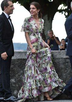 Carlota Casiraghi: Flores grandes - Los vestidos con grandes flores son una tendencia de esta temporada que la reina de España también ha llevado. A Carlota le queda muy bien.