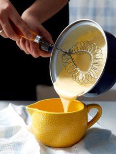 Eine selbst gemachte Sauce Hollandaise ist der perfekte Begleiter zu weißem Spargel. Ein gelingsicheres Rezept - Schritt für Schritt erklärt.
