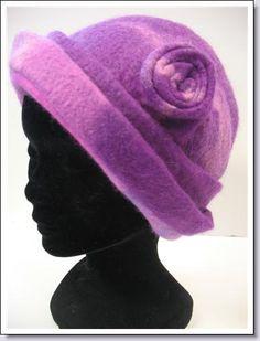 Vilten hoed is op de hand gemaakt en gevormd .   Vilt is heerlijk comfortabel warm vuil en waterafstotend. Deze hoed is verkocht maar dient als voorbe