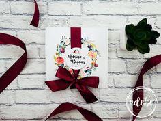 Sunteti in cautarea unor invitatii de nunta marsala, invitatii de nunta cu elemente florate, invitatii de nunta pe carton special si panglica satinata? Sau doriti sa cumparati intreg pachetul de accesorii format din meniu nunta, plicuri de bani nunta, numere de masa? Noi va putem ajuta, desigur – va recomandam Invitatie nunta Flora – marsala!
