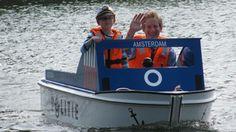 Een van de nieuwste attracties in het Amsterdamse Bos is Miniport. Een kleine haven voor kinderen vanaf vier jaar in de Grote Vijver bij de Speelweide. Zij mogen hier zelf een boot besturen en leren vanalles over de scheepvaart.