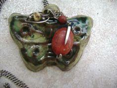 wisiorek - ceramika szkliwiona z koralem