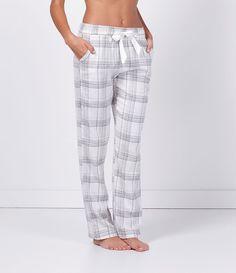 Calça feminina de pijama Xadrez Com amarração na cintura Marca: Lov Tecido: algodão Composição: 100% algodão Modelo veste tamanho: P Medidas da Modelo: Altura: 1,73 Busto: 89 Cintura: 60 Quadril: 90 COLEÇÃO INVERNO 2016 Veja outras opções de pijamas femininos.