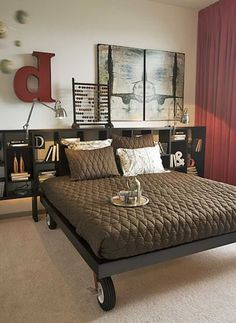 Спальня с полочками вместо изголовья и стильным декором