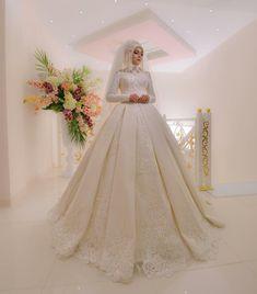Çünkü Bazı Şeyler Şansa Bırakılmaz  İşinizi Şansa Bırakmayın Setri Nur Feraye Modelimiz #gelinlik #tesettür #setrinur #feraye #makyaj Muslim Gown, Muslim Wedding Gown, Muslim Brides, Wedding Hijab, Pakistani Wedding Dresses, Best Wedding Dresses, Bridal Dresses, Wedding Styles, Bridal Hijab