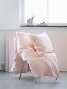 LINBLOMMA påslakan med 1 örngott här DIY-färgat, på SVENBERTIL stol. Klicka på bilden för att läsa mer!