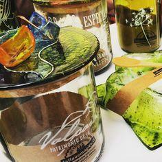 Cerrando un hermosa temporada de verano más... agradecida. #valparaiso #viñadelmar #concon #vidrioreciclado #diseño #estilo #handmade #hechoamano #artesaniacontemporanea Recycled Glass, Glass Bottles, Recycling, Atelier, Studio, Sweetie Belle, Hand Made, Summer Time