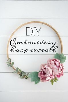 DIY Embroidery Hoop Wreath I have a simple tutorial and easy project for you all to make. It's the new trend for wreaths, and you can just imagine the endless possibilities with it. I created a few DIY emroidery hoop wreaths for my friend Erika Diy Décoration, Easy Diy, Diy Crafts, Simple Diy, Wine Bottle Crafts, Mason Jar Crafts, Diy Embroidery, Embroidery Designs, Embroidery Hoop Decor