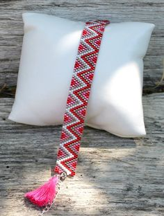 Bracelet tissage peyote rouge et rose : Bracelet par made-by-ginie Loom Bracelet Patterns, Bead Loom Bracelets, Bead Loom Patterns, Peyote Patterns, Jewelry Patterns, Beading Patterns, Bead Jewellery, Seed Bead Jewelry, Bracelet Patterns