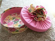 Caixa de mdf revestida de tecido com flor de tecido.