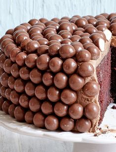 This chocolate fudge cake recipe is super easy and quick to make so it is perfect for when you need to bake a quick cake for a birthday or special occasion birthday cake Easy Chocolate Fudge Cake, Chocolate Fondant Cake, Maltesers Chocolate, Torta Candy, Quick Cake, Decadent Cakes, Salty Cake, Cool Birthday Cakes, 21 Birthday