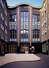 Les Hackesche Höfe de Berlin sont le plus grand ensemble de cours (Höfe) du Spandauer Vorstadt et aussi le plus connu. Dans un entrelacs de 8 arrière-cours aux caractères très différents, appartements et bureaux côtoient des boutiques de mode, une boutique Ampelmann, une librairie, des restaurants, un cinéma, un théâtre de variétés et plusieurs galeries. L'afflux d'immigrants juifs et les Huguenots en exil donnèrent au quartier sa diversité cosmopolite, qu'il n'a jamais perdue.