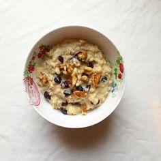Takie śniadanie: kokosowa owsianka z jabłkami, orzechami i żurawiną . Beakfast: coconut oatmeal with cramberries, apples, and walnuts #ammniam #conaśniadanie #zdrowojem #zdrowystylżycia #healthyfood #vegan #plantbased #breakfast #oatmeal