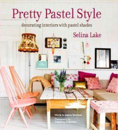 예쁜 파스텔 스타 | 160 페이지, 2013년3월 출간 |  셀리나 레이크는 인테리어 스타일리스트로 영국의 Marie Claire, Country Homes 등  다양한 인테리어 잡지에 글을 쓴다. 요아나 시몬스는 기자이며 작가로 다양한 라이프스타일 잡지에 글을 쓴다. 이 책에서는 파스텔톤의 색상이 집안의 다양한 공간, 가구 그리고 소품과 어우러져 예쁘고 따뜻한 느낌을 줄 수 있는지 보여준다. 독자의 개성에따라 파스텔톤 인테리어를 완성할 수 있는 유용하고 실용적인 팁이 가득담겨 있다.