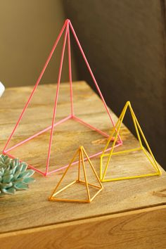 DIY Geometric Sculpture made from wooden skewers (the kind you grill kebabs on), hot glue, and bright paint. Super cheap and cute. Inexpensive Home Decor, Cheap Home Decor, Diy Home Decor, Decoracion Low Cost, Geometric Sculpture, Diy Inspiration, Geometric Wedding, Home And Deco, Diy Projects To Try