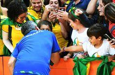 O técnico da seleção feminina de vôlei, José Roberto Guimarães, fala com a torcida após jogo contra o Japão