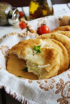 Turtite cu varza | Pasiune pentru bucatarie Romanian Food, Romanian Recipes, Side Dish Recipes, Side Dishes, Eastern European Recipes, Stuffing Recipes, Bread And Pastries, Home Recipes, Soul Food