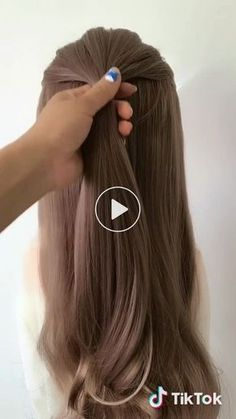 Krótki filmik użytkownika 欢欢 很努力 z ♬ original sound - huan_diy - - Krótki filmik użytkownika 欢欢 很努力 z ♬ original sound – huan_diy Haare/ Styling Krótki filmik użytkownika 欢欢 很 努力 z ♬ Originalton – huan_diy Hair Styles 2016, Curly Hair Styles, Cute Hairstyles, Wedding Hairstyles, Popular Hairstyles, Easy Ponytail Hairstyles, Ponytail Updo, Long Ponytails, Amazing Hairstyles