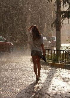 Chuva - rain - lluvia - estação - season - temporada - chovendo - raining - lloviendo - temporal - tempestade - storm - tormenta - dias - days - día - chuvoso - rainy - lluvioso - clima - climate - tempo - água - water - gotas - drops - mulher – woman – mujer – garota – girl – chica - inspiração - inspiration - moda - fashion - caminhar - walk - caminar - rua – street – road - banho – shower- bath - bathing - aguaceiro – baño