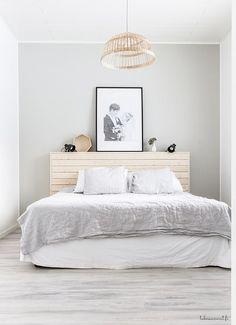 Habitaciones pequeñas King Bedroom, Home Bedroom, Bedroom Furniture, Home Furniture, Bedroom Decor, Bookshelf Headboard, Malm Bed, Bedroom Styles, Minimalist Home