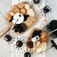 Halloween party ideas - spider cupcakes, cheese and crackers Halloween 2018, Halloween Party Decor, Halloween House, Halloween Night, Spooky Halloween, Holidays Halloween, Halloween Treats, Happy Halloween, Spooky Spooky