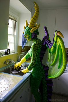 Breanna Cooke's green dragon costume inspired by Ysera, the Dreamer from World of Warcraft. Photography by Brian Merlo Halloween Witch Decorations, Halloween Themes, Halloween Diy, Scary Halloween Costumes, Cool Costumes, Halloween Karneval, Dragon Costume, Mardi Gras Costumes, Dragon Birthday