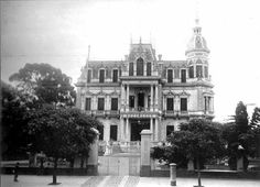 Palacio Videla Dorna (Rivadavia 4929), edificado en 1886 por milio Duportal, y que entonces era propiedad de Gervasio Videla Dorna y de su esposa,  Herminda Duportal,  frente al extremo oeste de la quinta  Lezica. Fue sede de la Escuela Naval entre 1899 y 1909. Demolido en 1925. Otra de las bellezas que demolimos alegremente!: