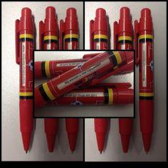"""De """"Rode Duivels"""" pen Een zeer opvallende pen, waarbij de roterende tekstrol standaard bedrukt is met: de openingswedstrijd, de groepswedstrijden, de finale en """"Wij wensen u veel kijkplezier!"""". Op de clip is er plaats voor uw logo!"""