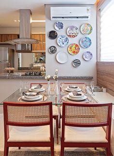 Os pratos na parede dao um ar diferente e deixam o visual do ambiente mais descontraído!