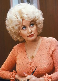 Beautiful Portrait of Dolly Parton ,country music icon and actress in the Shakira, Dolly Parton Pictures, 9 To 5, Hello Dolly, Celebs, Celebrities, Big Hair, Curly Hair, Country Music