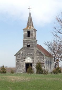 Abandoned church - Unknown location - probably Canadian Prairies or US Midwest. Abandoned Churches, Old Churches, Abandoned Places, Films Western, Church Pictures, Old Country Churches, Westerns, Take Me To Church, Church Architecture