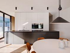 branco e preto em cozinha minimalista