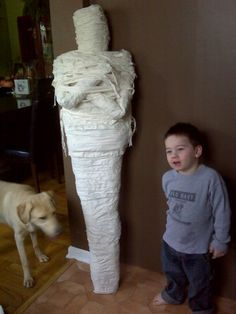 Holidays ❀⊱ℍalloween Decorations⊰❀ how to make a life size mummy using recycled stuff! way cheaper than other versions out there. Noche Halloween, Adornos Halloween, Halloween Door, Halloween Birthday, Halloween Projects, Halloween 2019, Holidays Halloween, Happy Halloween, Halloween Decorations