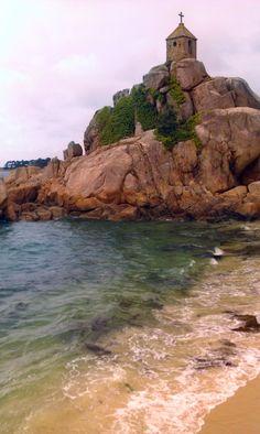 Mignonne petite chapelle perchée sur les rochers de la côte de granit rose face à la mer. Port Blanc. Penvenan, Côtes d'Armor, Bretagne.