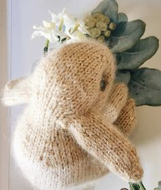 How to knit an easter bunny. Click through for easy step by step tutorial and free knitting patter to make a knitted easter bunny rabbit. Click through to get tips and all the info you need to make your own Christmas Knitting Patterns, Knitting Patterns Free, Free Pattern, Crochet Patterns, Knitted Bunnies, Cute Baby Bunnies, Bunny Face, Quick Knits, Yarn Bowl