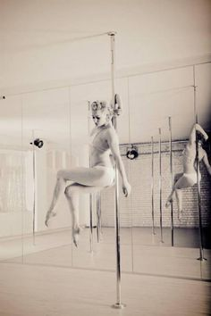 Air Chair - advanced pole dancing trick. Learn to pole dance in St Louis Mo at Pink Lemon Studio!