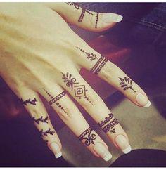 I live for minimal hena designs like that. Henna Tattoo Designs Simple, Mehndi Designs Finger, Henna Art Designs, Mehndi Designs For Fingers, Latest Mehndi Designs, Beautiful Henna Designs, Hena Designs, Nail Designs, Henna Ink