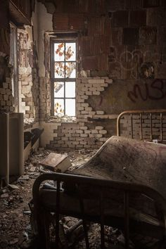 room in an abandoned house Abandoned Property, Abandoned Asylums, Abandoned Buildings, Old Buildings, Derelict Places, Abandoned Places, Beautiful Ruins, Beautiful Places, Urban Decay Photography
