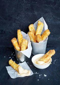 Halloumijuustosta valmistetut tikut paistetaan ranskalaisten perunoiden tapaan upporasvassa.