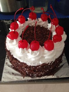 Black Forest cake Cake Decorating, Decorating Ideas, Black Forest Cake, Cakes And More, Delicious Food, Food And Drink, History, Birthday, Desserts