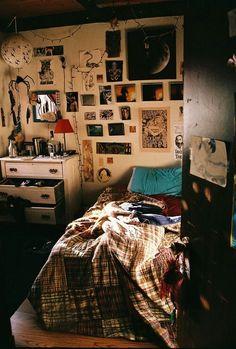 The perfectly unkempt bedroom indie dorm room, indie bedroom decor, quirky bedroom, arty Quirky Bedroom, Grunge Bedroom, Hippy Bedroom, Aesthetic Bedroom, Cozy Bedroom, Bedroom Inspo, Bedroom Ideas, Bedroom Decor, Bedroom Designs