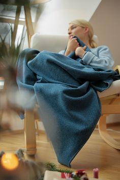 Weiche Decke aus Merinowolle. Handgefertigt in der Steiermark, Österreich. Für ein gemütliches Zuhause. Die Wolle ist atmungsaktiv, hält sehr warm. In satten Trendfarben mit abgestimmter Ziernaht. Durch ein Monogramm personalisierbar. Soft blanket made of merino wool. Handmade in Styria, Austria. For a cosy home. The wool is breathable, but keeps you very warm. In rich trend colors with matching decorative stitching. Can be personalized with a monogram. #hyggehome #cozyhome #homedecor Cosy Home, Trends, Blanket, Design, Living Room Inspiration, Living Room Modern, Bedroom Ideas, Wool Blanket, Monogram